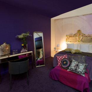 Diseño de dormitorio principal y papel pintado, ecléctico, papel pintado, con paredes púrpuras, moqueta, suelo violeta y papel pintado