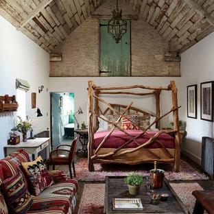 Idée de décoration pour une grand chambre champêtre avec un mur blanc, un sol en bois foncé et un sol marron.