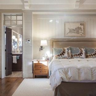 Idee per una grande camera matrimoniale stile americano con pareti bianche, pavimento in legno massello medio, nessun camino e pavimento marrone