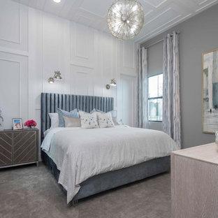 Mittelgroßes Modernes Gästezimmer mit grauer Wandfarbe, Teppichboden, beigem Boden, Holzdecke und Wandpaneelen in Miami