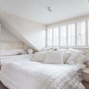 Стильный дизайн: спальня в стиле шебби-шик с белыми стенами и ковровым покрытием - последний тренд