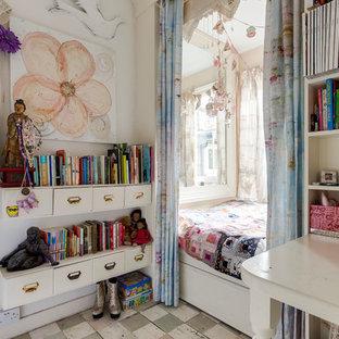 Inspiration för ett shabby chic-inspirerat sovrum, med vita väggar och målat trägolv