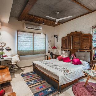Exemple d'une chambre asiatique avec un mur blanc et un sol beige.