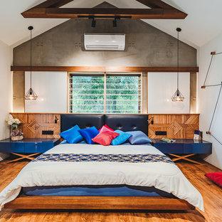 Пример оригинального дизайна: спальня в восточном стиле с белыми стенами, паркетным полом среднего тона и коричневым полом