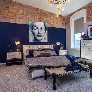 Ejemplo de dormitorio principal, industrial, grande, sin chimenea, con paredes multicolor, moqueta y suelo gris