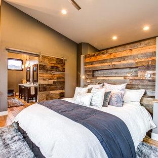 Idéer för ett rustikt huvudsovrum, med bruna väggar och mellanmörkt trägolv