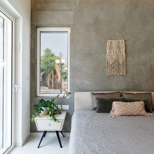 Foto de dormitorio principal, minimalista, extra grande, con paredes marrones, suelo de baldosas de cerámica y suelo gris