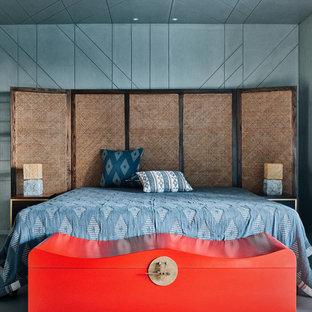 Diseño de dormitorio actual, pequeño, con paredes grises y suelo gris