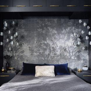 Идея дизайна: хозяйская спальня среднего размера в стиле фьюжн с серыми стенами, темным паркетным полом и черным полом