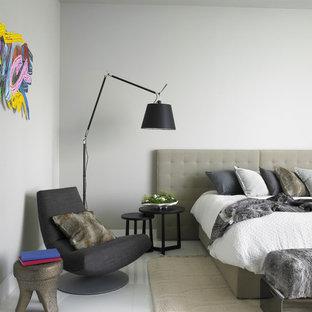 Стильный дизайн: большая гостевая спальня в современном стиле с серыми стенами и полом из линолеума - последний тренд