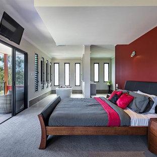 Asiatisches Hauptschlafzimmer mit roter Wandfarbe und Teppichboden in Brisbane