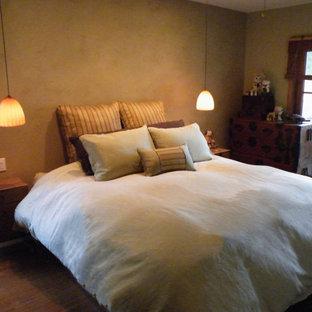 Ejemplo de dormitorio principal, asiático, pequeño, con paredes amarillas y suelo de bambú