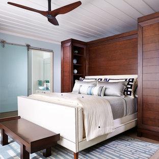Ispirazione per una camera matrimoniale minimal di medie dimensioni con pareti blu, parquet chiaro, nessun camino e pavimento beige
