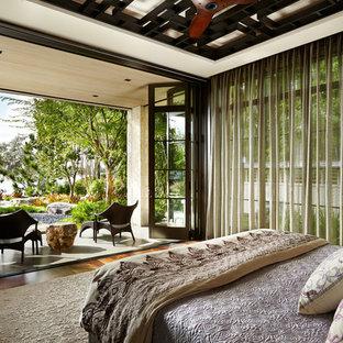 Неиссякаемый источник вдохновения для домашнего уюта: большая хозяйская спальня в восточном стиле с паркетным полом среднего тона, бежевыми стенами и коричневым полом без камина