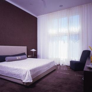 Diseño de dormitorio principal, de estilo zen, de tamaño medio, sin chimenea, con paredes marrones y moqueta