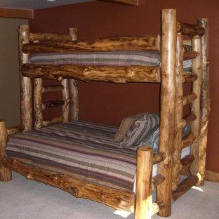 Ejemplo de habitación de invitados rústica, pequeña, sin chimenea, con paredes rojas, moqueta y suelo beige