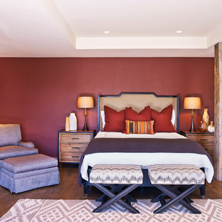 Ejemplo de dormitorio principal, rural, con paredes rojas y suelo de madera en tonos medios