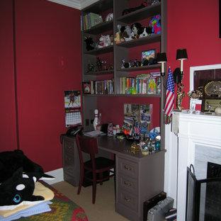 Ejemplo de dormitorio principal, clásico, grande, con paredes rojas, moqueta, chimenea tradicional y marco de chimenea de yeso