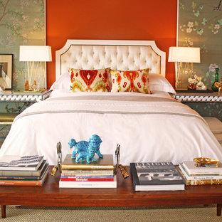 Idee per una camera degli ospiti eclettica con pareti rosse e moquette