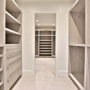 Idéer för ett mycket stort modernt huvudsovrum, med vita väggar och ljust trägolv
