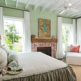 Idée de décoration pour une chambre champêtre avec un mur vert, une cheminée standard et un manteau de cheminée en brique.