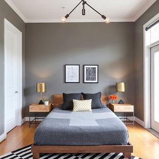 Inspiration för mellanstora moderna sovloft, med grå väggar och ljust trägolv