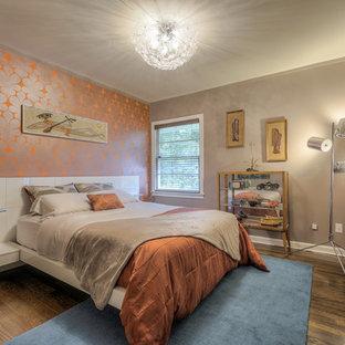 Foto di una piccola camera da letto minimal con pareti arancioni e parquet scuro