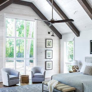 Foto de dormitorio principal, campestre, grande, con paredes blancas y suelo de madera oscura
