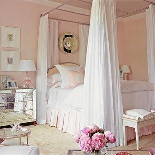 Idéer för stora vintage huvudsovrum, med rosa väggar och mörkt trägolv