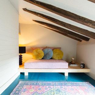 Ejemplo de habitación de invitados bohemia, pequeña, sin chimenea, con paredes beige, suelo de madera pintada y suelo azul