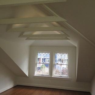 Foto de dormitorio principal, clásico renovado, de tamaño medio, con paredes blancas, suelo de bambú y suelo marrón