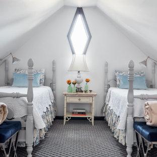 На фото: со средним бюджетом гостевые спальни среднего размера в классическом стиле с белыми стенами, ковровым покрытием и серым полом