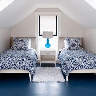 Modernes Schlafzimmer mit grauer Wandfarbe und blauem Boden in Boston