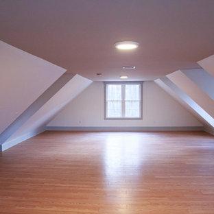 Foto de dormitorio tipo loft y abovedado, tradicional renovado, grande, con paredes blancas, suelo de madera clara y suelo marrón