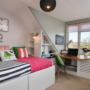Exempel på ett mellanstort shabby chic-inspirerat gästrum, med gröna väggar och heltäckningsmatta