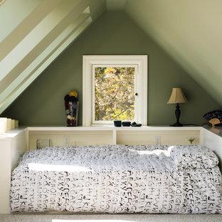 Bild på ett mellanstort vintage sovloft, med gröna väggar och heltäckningsmatta