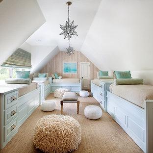 Foto de dormitorio tipo loft, clásico, con paredes blancas, moqueta y suelo gris
