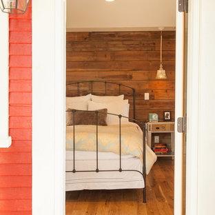 Cette image montre une chambre parentale rustique de taille moyenne avec un mur beige et un sol en bois clair.