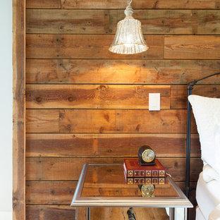 Foto de dormitorio principal, campestre, de tamaño medio, con paredes beige y suelo de madera clara