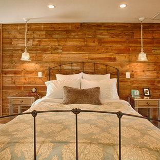 Idee per una camera matrimoniale country di medie dimensioni con pareti beige e parquet chiaro