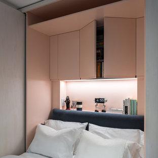 Ispirazione per una piccola camera matrimoniale moderna con pareti rosa e parquet scuro