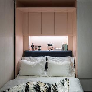 Kleines Modernes Hauptschlafzimmer mit rosa Wandfarbe in New York