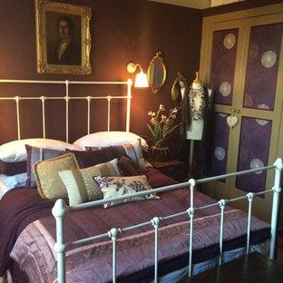 Immagine di una grande camera matrimoniale stile shabby con pareti viola, parquet scuro, camino classico e cornice del camino in metallo