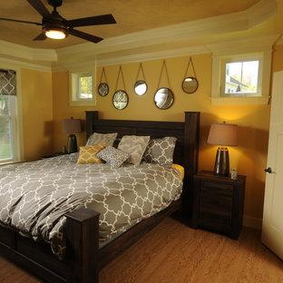 Exempel på ett mellanstort lantligt gästrum, med gula väggar och mellanmörkt trägolv