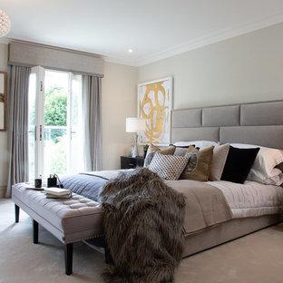 Imagen de habitación de invitados actual con paredes grises, moqueta y suelo blanco