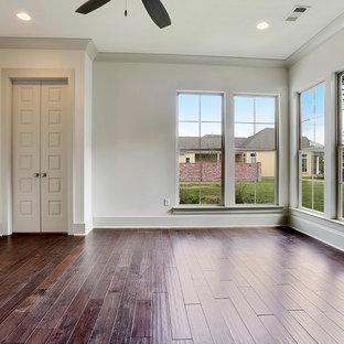 Стильный дизайн: гостевая спальня среднего размера в классическом стиле с белыми стенами, темным паркетным полом и фасадом камина из штукатурки без камина - последний тренд