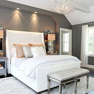 Großes Klassisches Hauptschlafzimmer ohne Kamin mit grauer Wandfarbe und dunklem Holzboden in New York