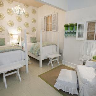 Imagen de habitación de invitados campestre, sin chimenea, con paredes blancas y suelo de madera pintada