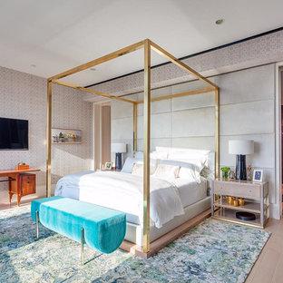 Mittelgroßes Modernes Hauptschlafzimmer ohne Kamin mit grauer Wandfarbe, braunem Holzboden und braunem Boden in Austin