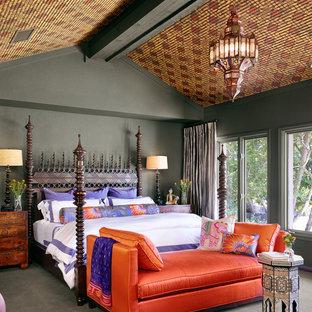 На фото: спальни в средиземноморском стиле для хозяев